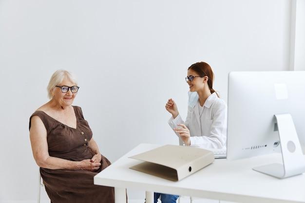 Женщина-врач обследование пациента здравоохранение