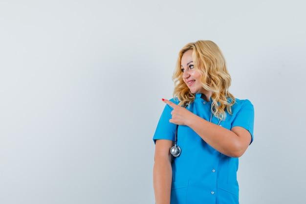 青い制服を着て脇を向いて喜んでいる女医。テキスト用のスペース