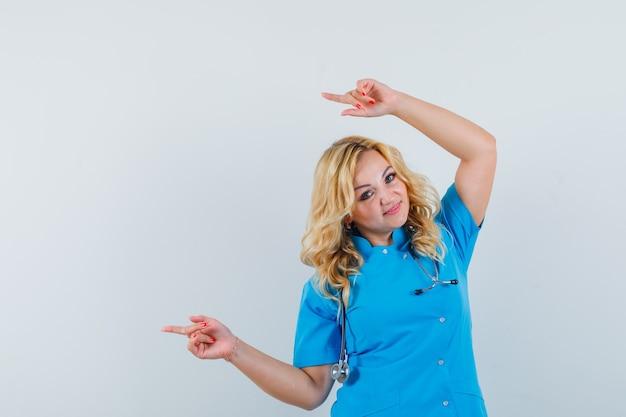 青い制服を着て頭上を脇に向けて喜んでいる女性医師。テキスト用のスペース