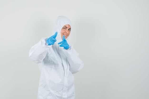 防護服でカメラを指している女性医師