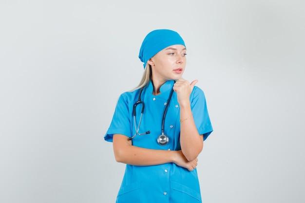青い制服を着た親指で横向きでかわいく見える女医