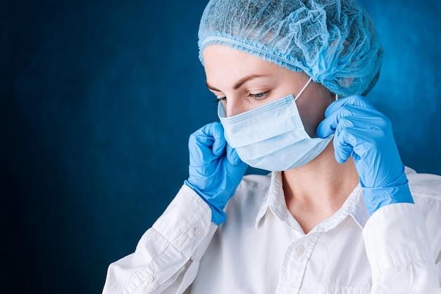 女医がマスクをかける