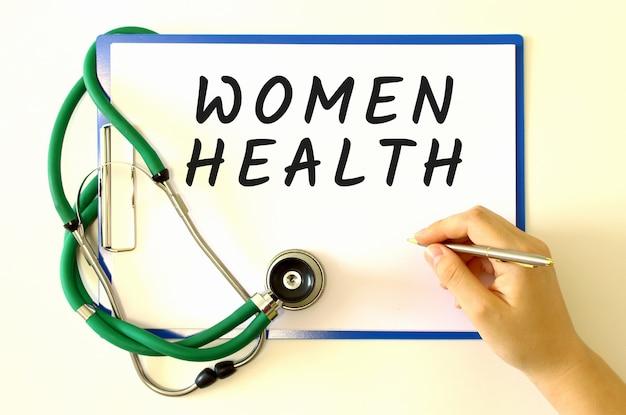 女医の手が文書に碑文を作成します。医療コンセプト。
