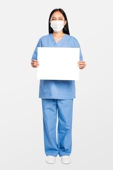 Женщина-врач показывает пустую вывеску