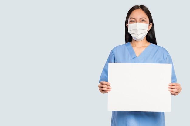 空白の看板を示す女性医師