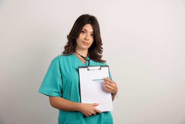 重要な詳細を示す女性医師。