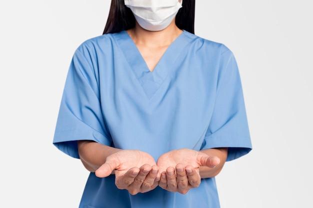 Medico femminile che mostra un gesto della mano di supporto