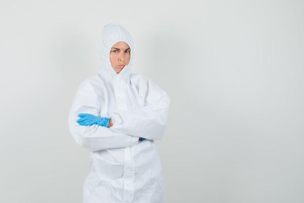 Medico donna in piedi con le braccia incrociate in tuta protettiva