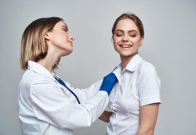 女性医師聴診器の治癒手順明るい背景