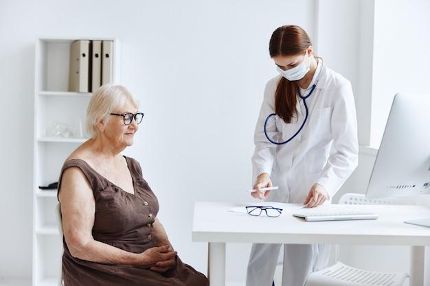 手医療専門医の女性医師聴診器。高品質の写真