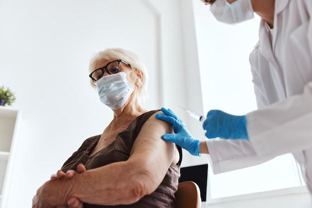 Женщина-врач шприц с инъекцией вакцины