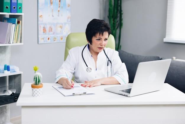 女医が患者と話し、遠隔医療のオンライン ウェブカメラ ビデオ通話を行う