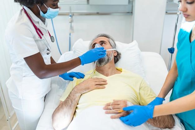 Icuの同僚に沿って患者と話している女性医師