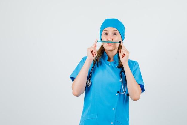 Dottoressa in uniforme che tiene la provetta come baffi e sembra divertente