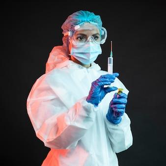 Medico donna che indossa abbigliamento medico