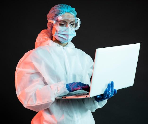 Женщина-врач в медицинской одежде