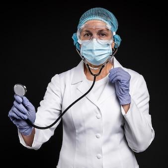 Medico donna che indossa attrezzature mediche pandemiche