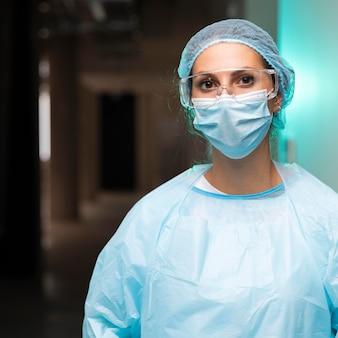 Женщина-врач в защитной одежде