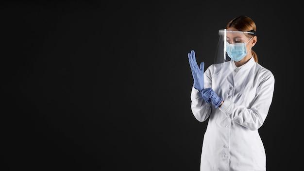 Женщина-врач в защитной медицинской одежде