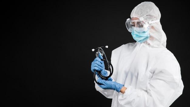 특수 의료 장비를 착용하는 여성 의사