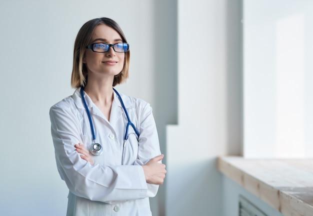 여성 의사 백의 전문 의학 청진 기입니다. 고품질 사진