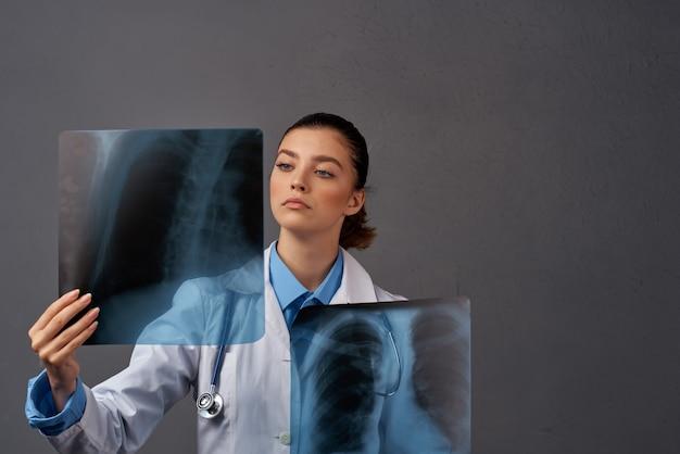 女性医師の白衣x線検査暗い背景
