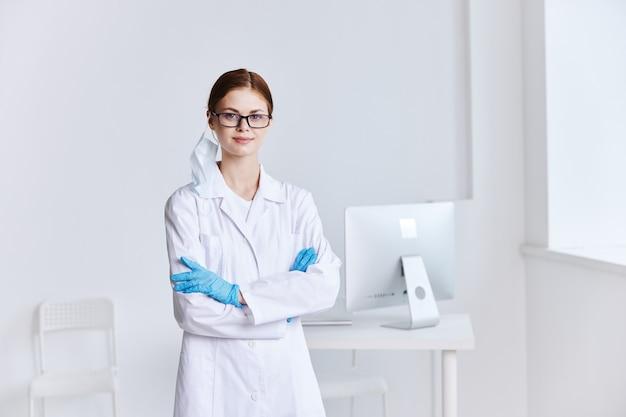 眼鏡をかけた女医医療制服専門病院業務