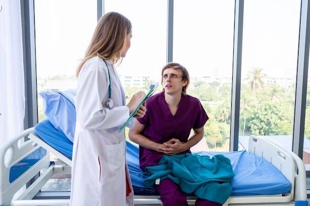 Женщина-врач с руками проверяет пациента, у которого сильная боль в животе, лежа на кровати, для записи результатов лечения с очень хорошим симптомом в больнице.