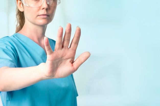 Dottoressa con occhiali intelligenti che toccano la tecnologia medica dello schermo virtuale