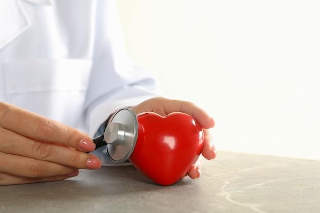 聴診器で心拍をチェックする女性医師