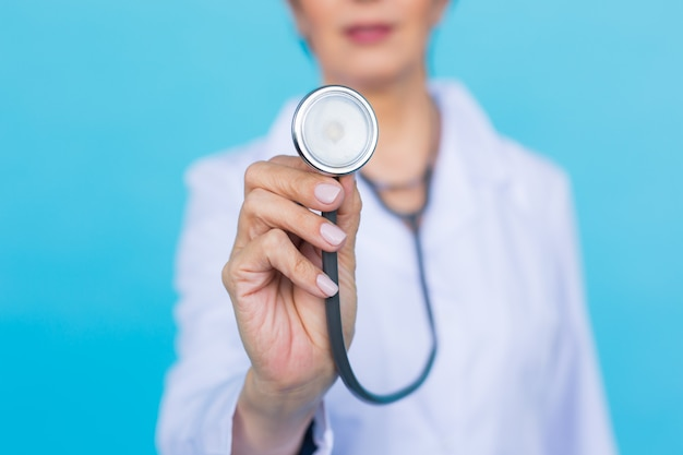 Женщина-врач со стетоскопом, крупным планом