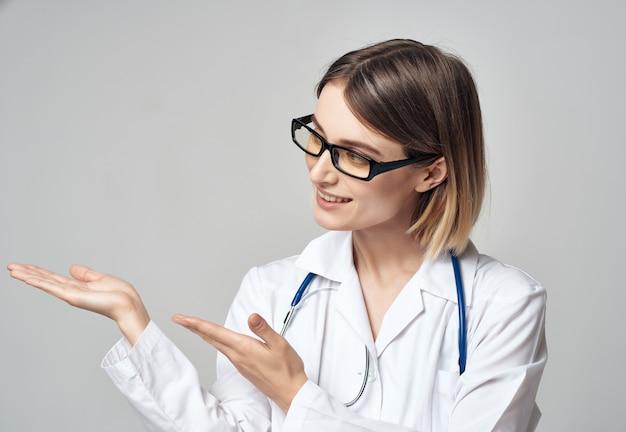 Женщина-врач со стетоскопом в больничной студии