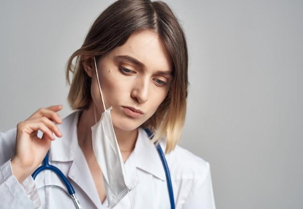 Женщина-врач со стетоскопом изолировала фон