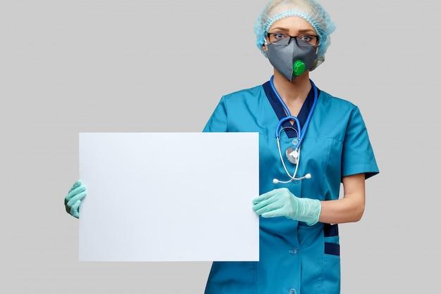 防護マスクと明るい灰色の壁に空白記号を保持しているラテックス手袋を着用して聴診器で女医