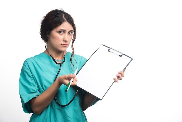 Dottoressa con stetoscopio su sfondo bianco