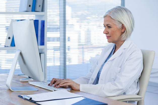 コンピューターに取り組んでいる女性医師