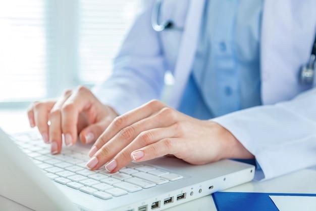 노트북으로 일하는 여성 의사, 클로즈업