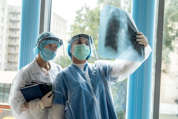 現代のクリニックで肺のx線写真を見ている女性医師。健康管理