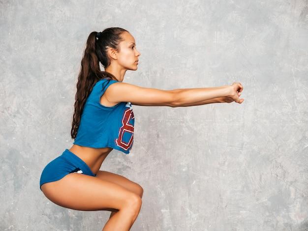 Femmina facendo squat