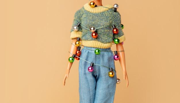 그것에 묶인 크리스마스 불빛과 함께 여성 인형