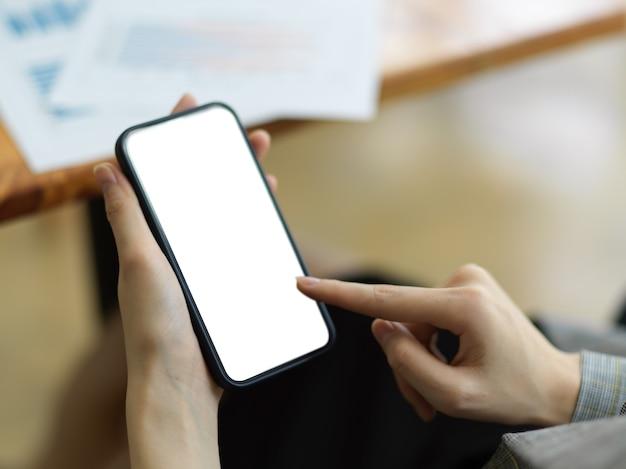 Женщина загружает обновления мобильного приложения на свой мобильный телефон, смартфон черный экран макет