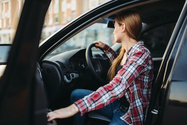 차에 앉아 여성 드라이버 초급