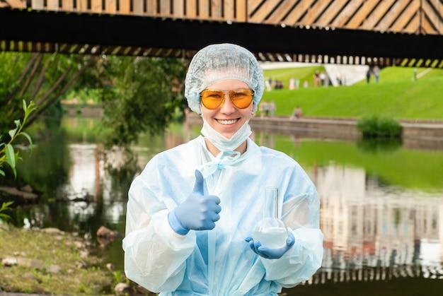 優れた水質のための女性の生態学者または疫学者のジェスチャー