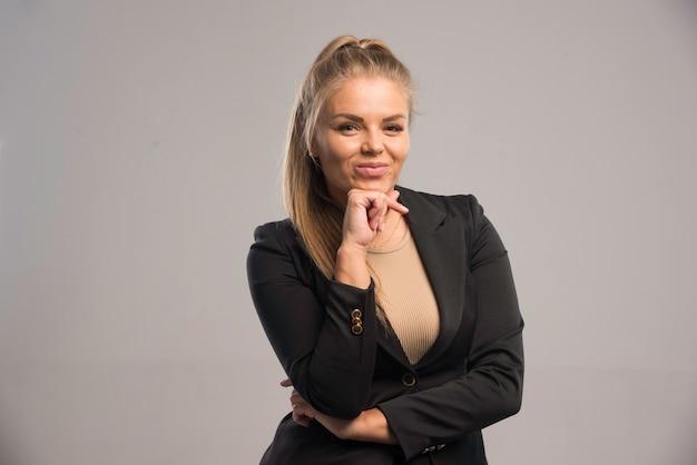 笑顔の黒いスーツの女性従業員。