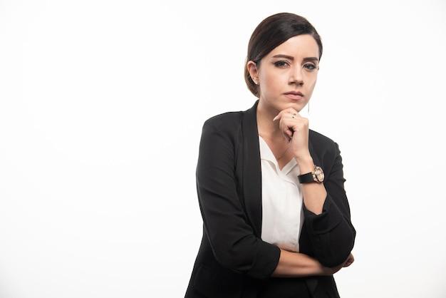 Impiegata femminile in piedi su sfondo bianco. foto di alta qualità