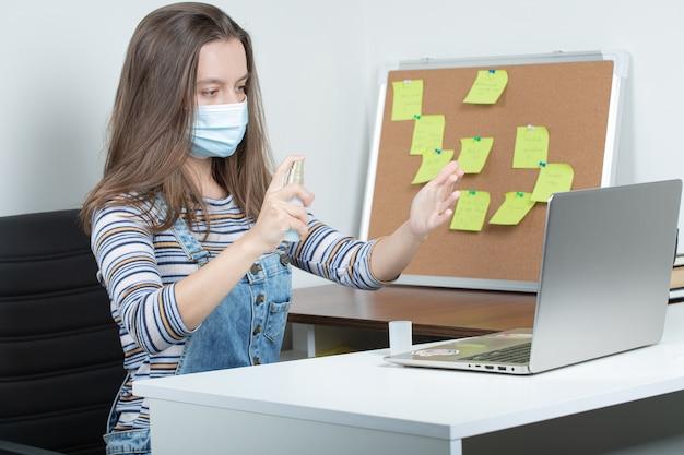 격리 된 환경에서 일하고 예방 조치를 사용하는 여성 직원