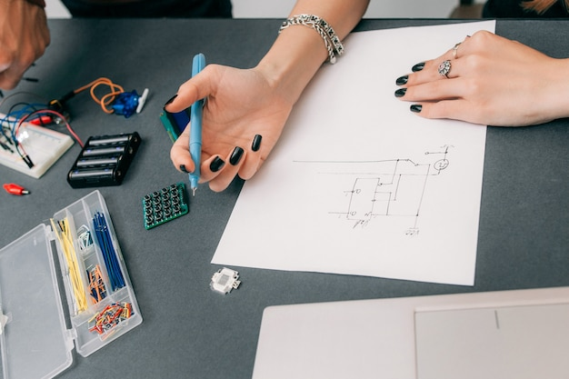 電子構造の女性エンジニアの製図スキーム。