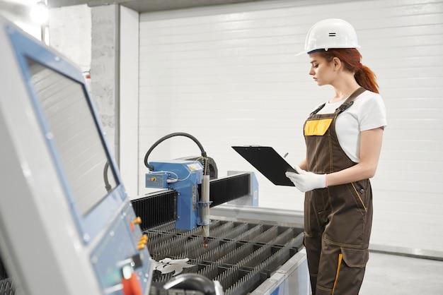 Женщина-инженер в процессе контроля плазменной резки