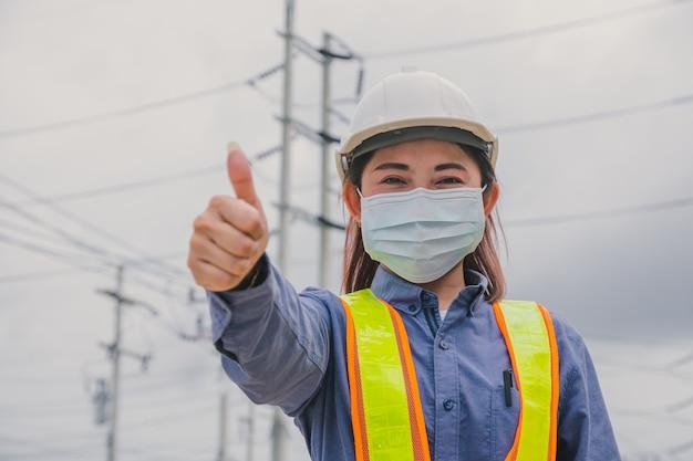 Женщина-инженер носит маску для лица защищает коронавирус covid19
