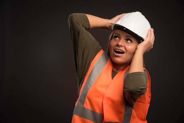 Женский инженер с белым шлемом.